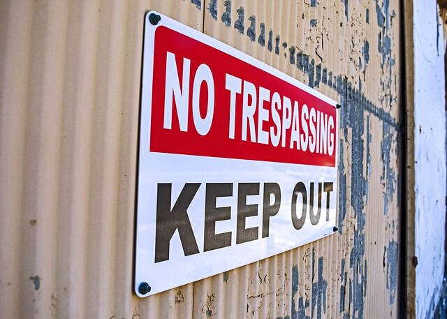 no trespassing sign on door